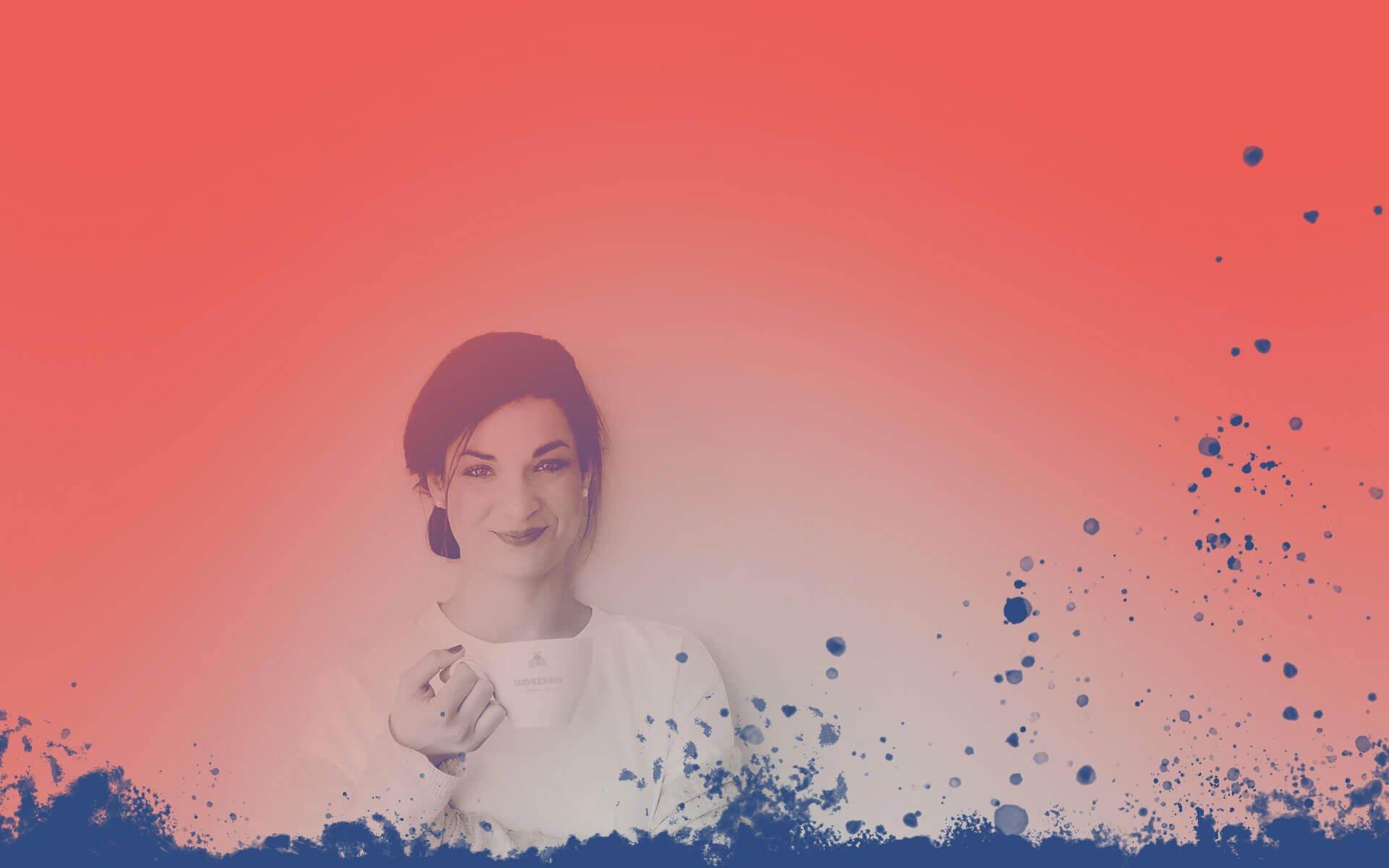 Lena-Maria Bredl lächelt mit einer Tasse in der Hand